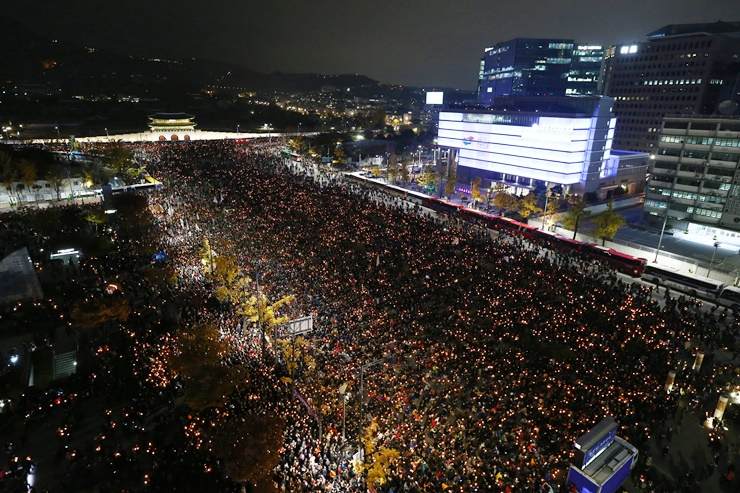 최순실 게이트 파문으로 박근혜 대통령의 하야를 촉구하는 시민들의 목소리가 커지고 있는 가운데 수많은 시민들이 12일 오후 서울 광화문 세종대로에서 박대통령의 퇴진을 촉구하는 촛불집회를 갖고 있다.