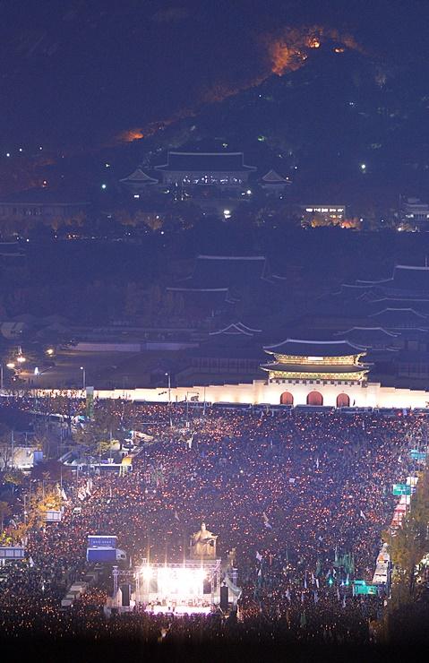 박근혜 대통령 퇴진을 촉구하는 '2016 민중총궐기대회'가 12일 오후 서울 세종대로 일대에서 열린 가운데 수많은 시민들이 촛불을 들고 거리를 가득 메우고 있다.